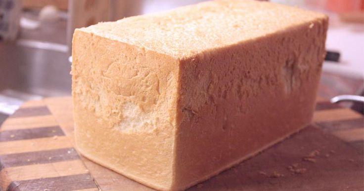 Il pane per tramezzini è un pane che al supermercato troviamo imbustato sottoforma di lunghe palette rettangolari prive di cornicioni, da non confondere con il pancarré.