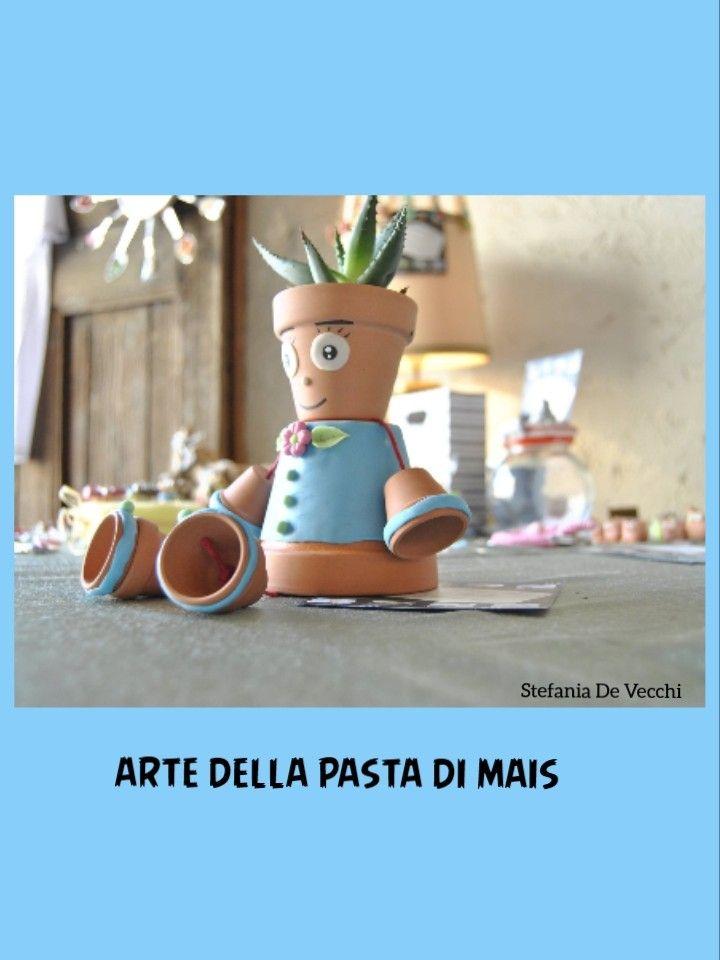 Osvaldo azzurro, vasetti in terra cotta, decorati in pasta di mais.