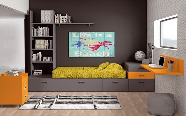 Composición formada por cama cubo, amplias cajoneras en la parte inferior, estantería y cajones laterales acoplados, mesilla con ruedas y escritorio-estantería. Un ejemplo de menos es más.