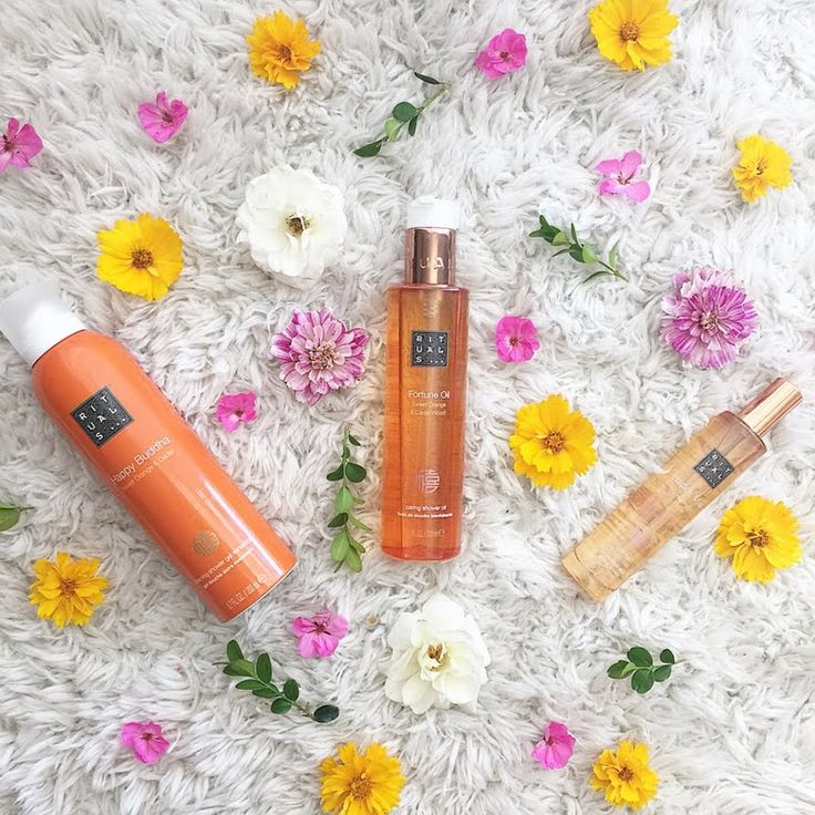 Naomi hydrates her skin in the shower using her gifted Rituals Fortune Oil Shower Oil. Enjoy its wonderfully warm fragrance by clicking through. #MyRituals
