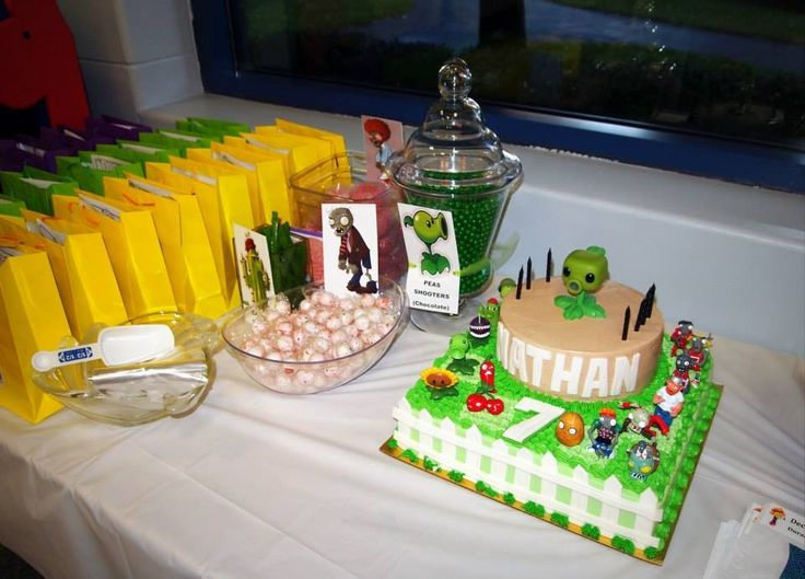 Plants vs zombies candy table party ideas pinterest for Table zombies