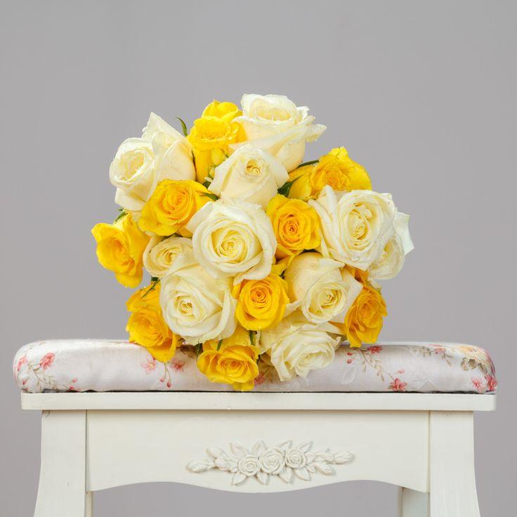 Buchet mixt de 10 trandafiri albi și 9 trandafiri galbeni