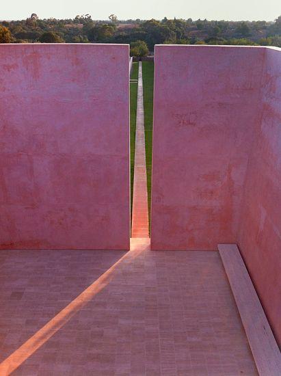 Több oka is van, hogy idekerült ez a Mallorca-i villa: Egyrészt a tervezője, John Pawson, korunk egyik meghatározó tervező-építész-teoretikusa. Másrészt egy olyan szálláshely-kereső és -foglaló honlapon találtam, ami olyan szállásokat közvetít, amik kifejezetten magas építészeti színvonalat képviselnek (történeti és kortárs épületeket is). Harmadrészt: az épület egyfajta tisztelgés Luis Barragán, a 20. szd. leghíresebb mexikói építésze előtt.
