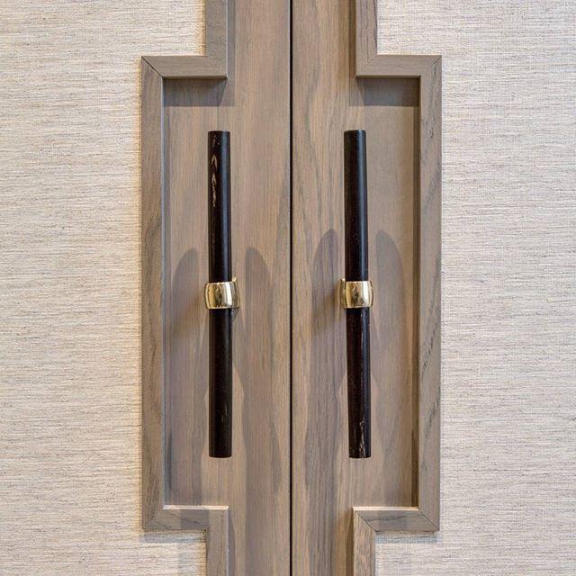 Detail shot of the handles #interiordesign #interiors #detail #joinery #ironmongery #hardware #interiorphotography #luxurydesign #design #luxuryinteriors #base_interiordesign