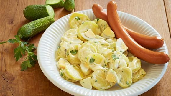 Simpel, traditionell und super lecker! Würstchen mit Kartoffelsalat und Heiligabend gehören für viele Familien untrennbar zusammen.