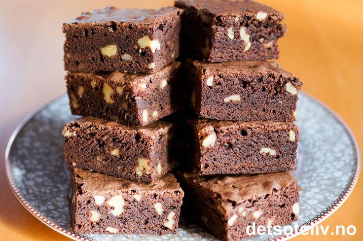 """Jeg har alltid tenkt at man i Brownies må bruke skikkelig sjokolade for å få frem den rike sjokoladesmaken og myke, litt klebrige konsistensen som Brownies skal ha. Men så kom jeg over denne oppskriften på """"Brownies med kakao"""" og ble nærmest slått i bakken av det FANTASTISK gode resultatet! Heretter er dette en av mine absolutte favorittoppskrifter på Brownies, for disse er rett og slett FARLIG GODE!!! Oppskriften er til stor langpanne."""