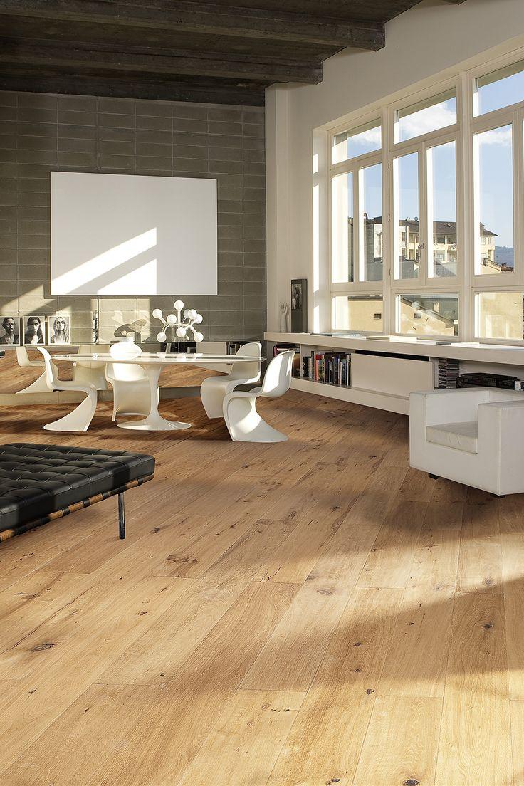 Dusumea stejar Casa este un model rustic, cu noduri si crapaturi asa cum se regasesc ele in lemnul pur. Suprafata lemnului este finisata cu ulei, pentru a pastra textura si culoarea naturala a lemnului. Modelul de dusumea stejar Casa pastreaza dimensiunile si specificul cherestelei, utilizata odinioara pentru podele.