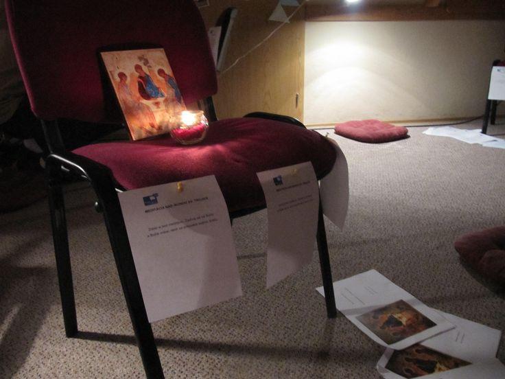 Zastávka MEDITÁCIA NAD IKONOU SV. TROJICE. Zober si text meditácie podľa knihy Modlitba s ikonami od Henriho Nouwena. Zadívaj sa na ikonu a Božie srdce, nech sa prihovára tvojmu srdcu.