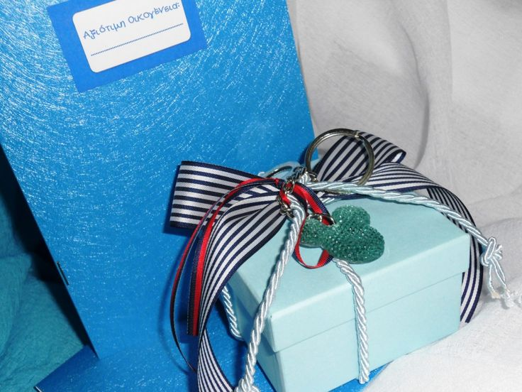 "Mπομπονιέρα Βάπτισης κουτί με διακοσμητικό μπρελόκ ""ΜΙΚΥ"".  Υπάρχει δυνατότητα επιλογής χρώματος στο κουτί και στις κορδέλες.  Όλες οι μπομπονιέρες έχουν 7 κουφέτα σοκολάτας Χατζηγιαννάκη. http://e-prosklitirio.gr/proionta/baptisi/mpomponieres-baptisis/"