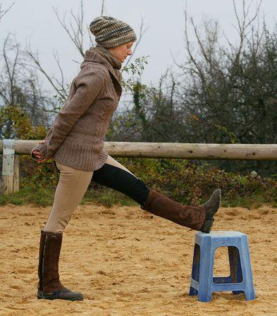 Warm Up für Reiter: Ist die Kniebeugemuskulatur verkürzt, hat der Reiter Probleme sein Bein lang zu machen. © Pamela Sladky
