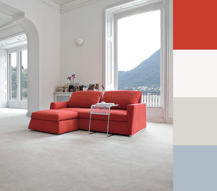 Divano rosso ambiente tradizionale total white, paletta colori e abbinamenti.