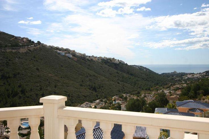 Villa preciosa y acogedora con piscina privada en Moraira, en la Costa Blanca, España para 6 personas. La villa está situada en una zona residencial, a 3 km de la playa del Portet y a 3 km de Moraira.