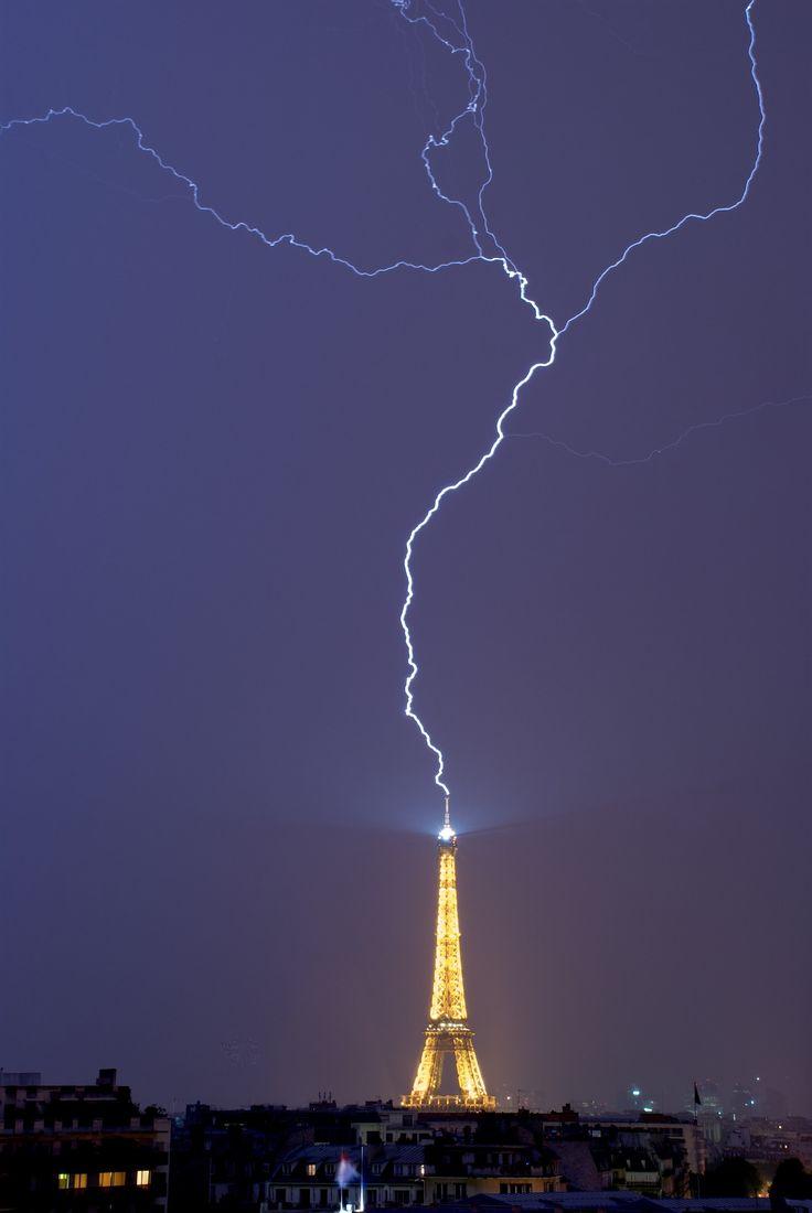 La Tour Eiffel frappée par la foudre.