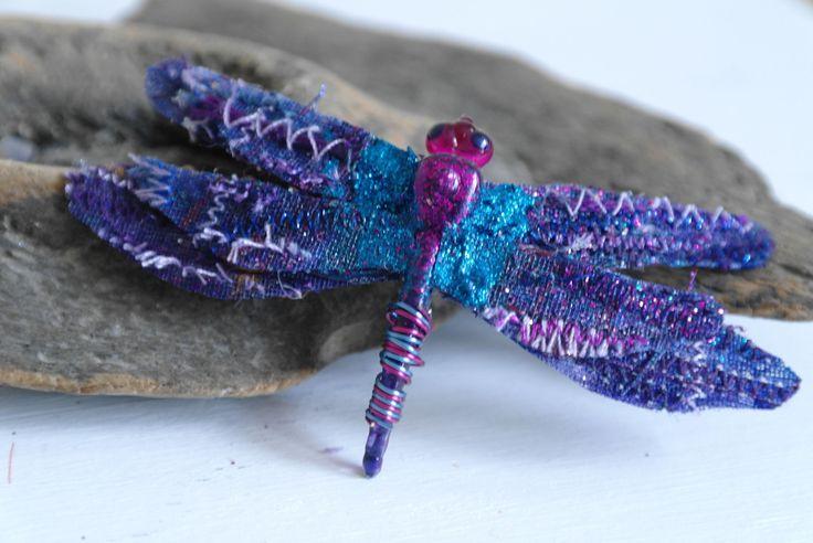 Broche libélula hecha a mano en púrpura, tela libélula, libélula bisutería  Dragón a mano brillante brillante mosca broche de tela de la máquina bordada, brillo, alambre, pintura y un corchete del metal.  Ya que estos son hechos a mano cada broche será un poco diferente a la de la foto.  Broche mide aprox 7 cm x 4 cm.  Tengo otros colores disponibles en mi tienda. ---------------------------------------------------------------------------------------------------  Para descuentos exclusivos…