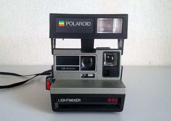 Polaroid SUPERCOLOR 630 LIGHTMIXER.  Lappareil est en très bon état, il fonctionne ! Il a été testé avec une cartouche vide et elle sest enclenchée. Le flash fonctionne parfaitement. La gâchette sarme correctement et le boitier pellicule est propre.  Vous pouvez acheter des pellicules sur le site https://shop.the-impossible-project.com/shop/film/600/fi_600_1_imp_600_color_mum ou en trouver directement à la Fnac http://www.fnac.com/Consommable-Pell...