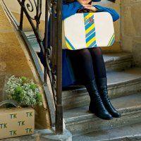 Une valise en cuir décorée de lettres peintes