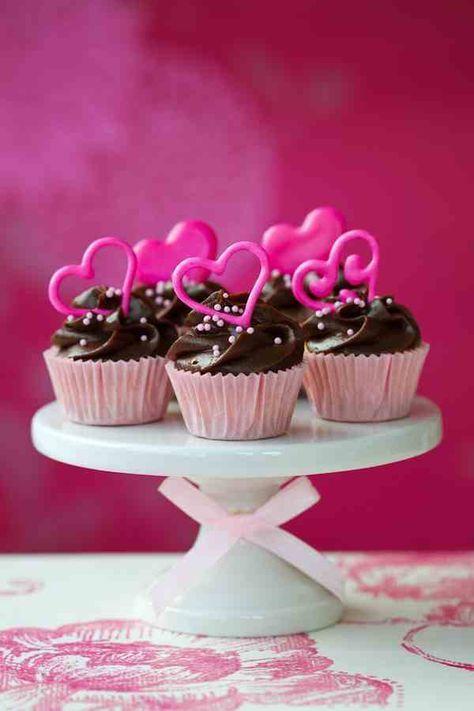 Ας δούμε απλές συνταγές για να του κάνεις την έκπληξη!Red velvet cupcakes ΥλικάΓια τα cupcakes* 250 γρ. αλεύρι για όλες τις χρήσεις* 2 κ.σ. σκόνη κακάο