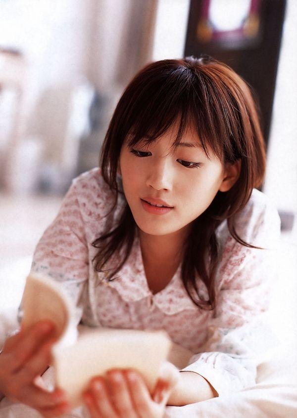 読書をする綾瀬はるか。