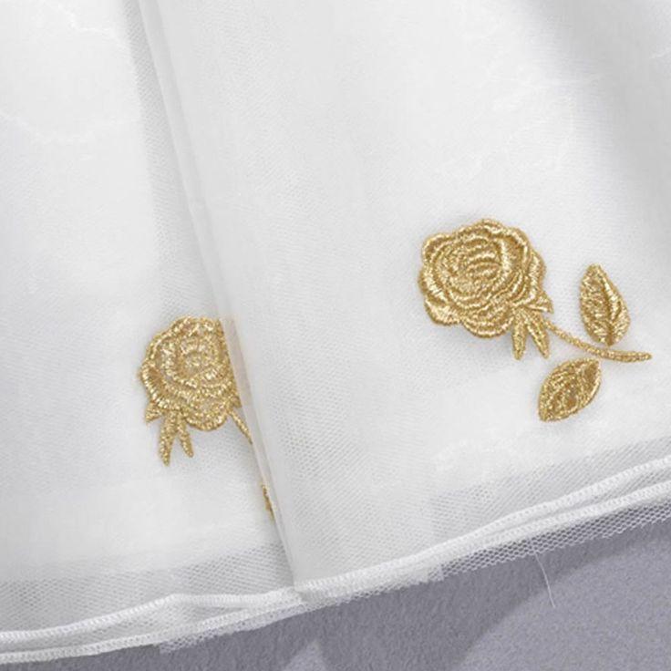Clássico de Duas Peças  Top e saia  Blusa de manga curta Fechamento com zíper exposto nas costas Pode ser usado separadamente Flores da saia bordadas com fios de ouro
