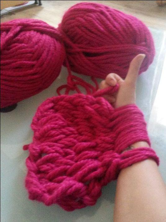 Brei binnen een mum van tijd een grofgebreide mooie sjaal door met je armen te breien.