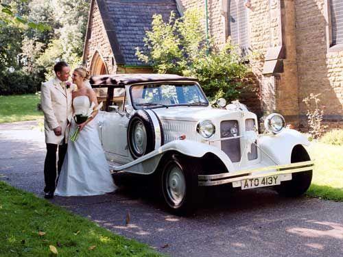 Как выбрать и украсить свадебный автомобиль?  Начало свадебного торжества – это кортеж машин, возглавляемый автомобилем с женихом, который приехал.....