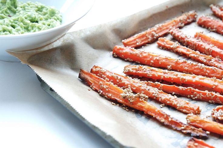 Gesunde Clean Eating Rezepte: Sesam-Möhren mit Avocado Dip - ein leckerer Snack für zwischendurch oder ein Appetizer für die Party.