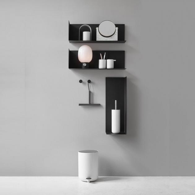 """In die Ecke gedrängt: Menus """"Corner Shelf"""" ist ein Wandregal aus der Feder des Designers Kyuhyung Cho. Das Regal ist in L-Form gestaltet und nur an der linken Seite geschlossen. Reicht schließlich auch.  Ab ca. 99 Euro."""