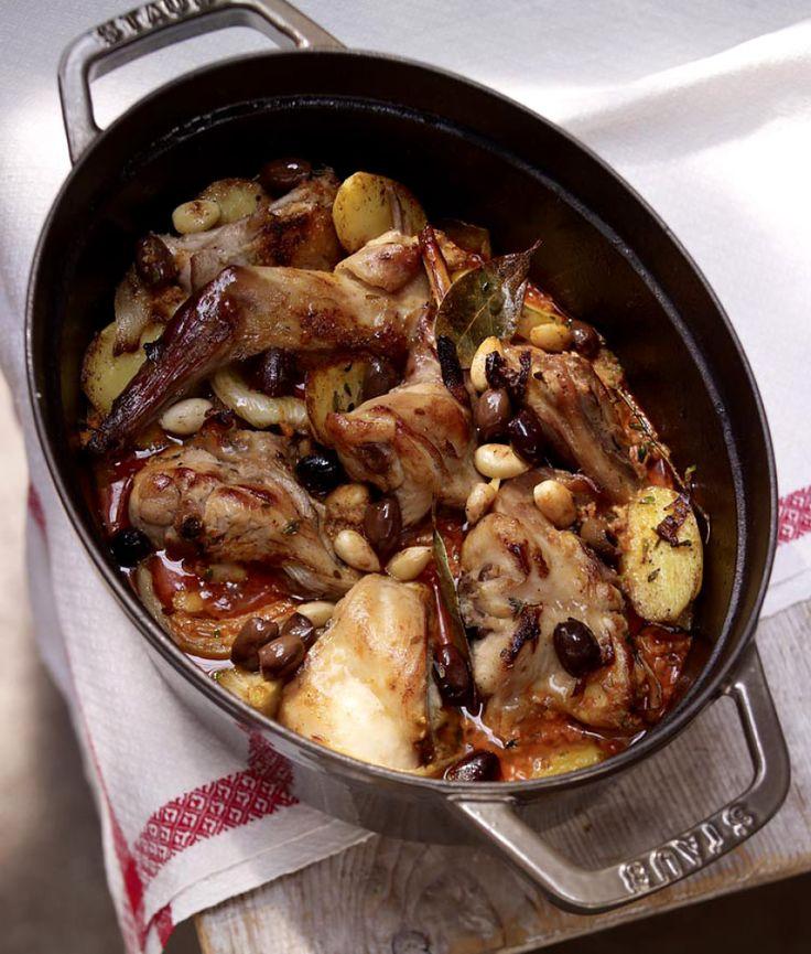 Rezept für Geschmortes Kaninchen mit Mandeln und Oliven bei Essen und Trinken. Ein Rezept für 6 Personen. Und weitere Rezepte in den Kategorien Gemüse, Kaninchen, Kartoffeln, Kräuter, Nüsse, Schwein, Alkohol, Hauptspeise, Braten (Fleisch), Suppen / Eintöpfe, Braten, Kochen, Schmoren, Spanisch, Einfach, Gut vorzubereiten.