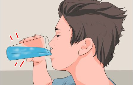 Bere un giusto quantitativo di acqua durante la giornata è fondamentale per mantenere un adeguato livello di idratazione corporea. Molti non sanno però che