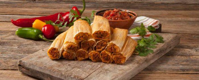 casacomida.com  Mexique Les Tamales sont des papillotes amérindiennnes. La pâte est étalée dans des feuilles d'épi de maïs ou des feuilles de bananier dans laquelle on ajoute ensuite une farce qui peut être salée (viande, ragoût) ou sucrée (fruits) ; le tout est ensuite cuit à la vapeur.