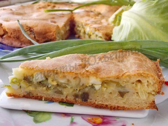 Заливной пирог с молодой капустой, зеленью и яйцами