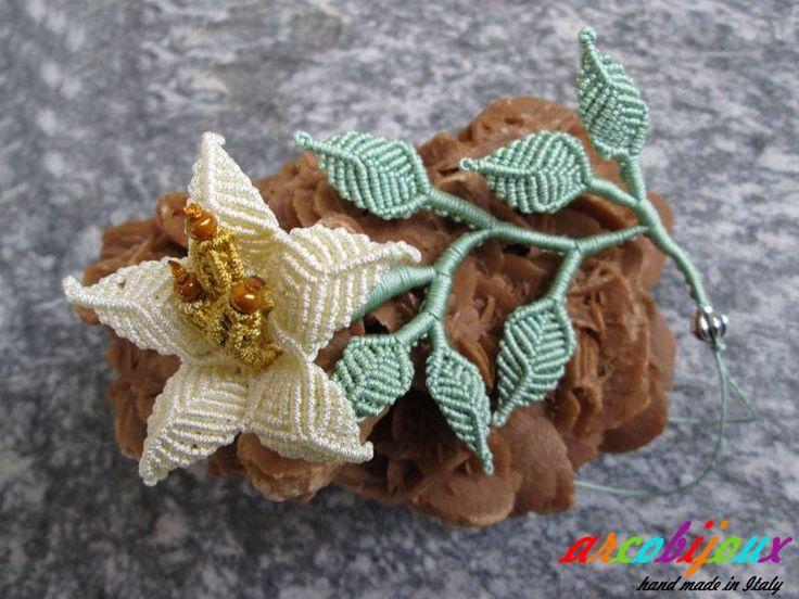 """Il """"Giglio"""" di Heike Becker è uno dei modelli che più mi hanno colpito di questa eccezionale creativa che utilizza l'arte del Margareten-spitze per le sue realizzazioni. Con variazioni di un unico modulo ho creato questo tralcio composto da un fiore con l'aggiunta di alcune foglie. Materiali: Filo nylon trecciato da 0,8 mm e rocaille Miyuki. Tratto dal libro di Heike Becker : Margareten-spitze"""