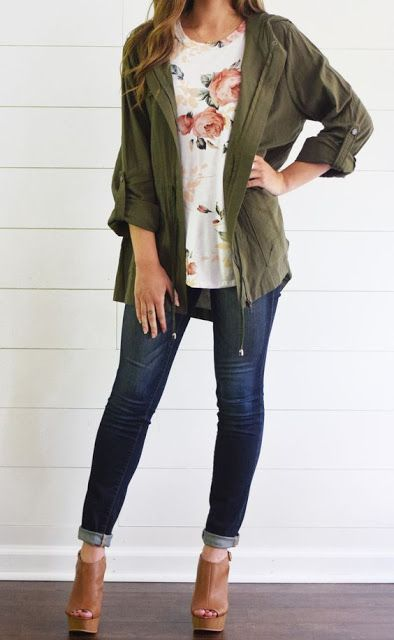 Everyday look | Floral top, neutral wedges, skinny jeans and khaki jacket