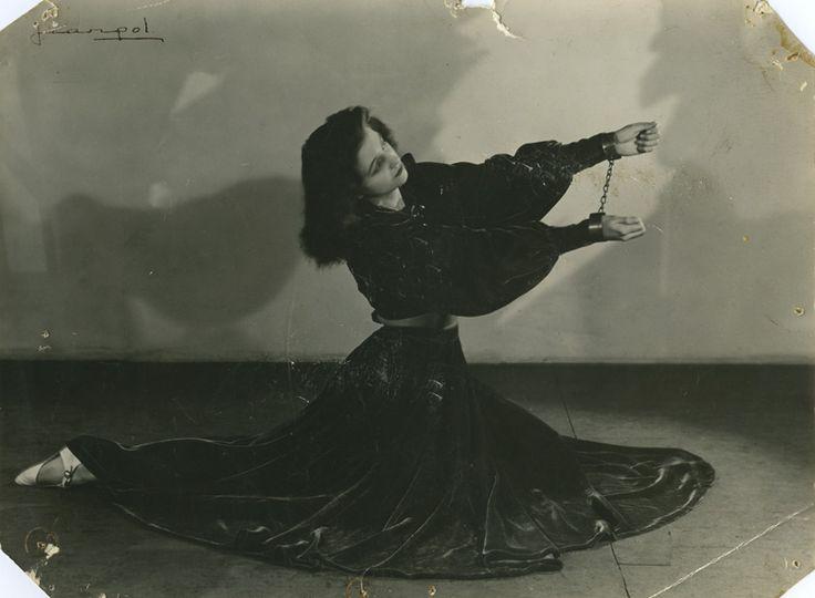 Portret van Miss Lisbeth met handboeien bij Circus Semay.