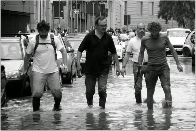 La Compagnia dell'Isola alla ricerca del tombino perduto.. Milano Isola, 8 luglio 2014