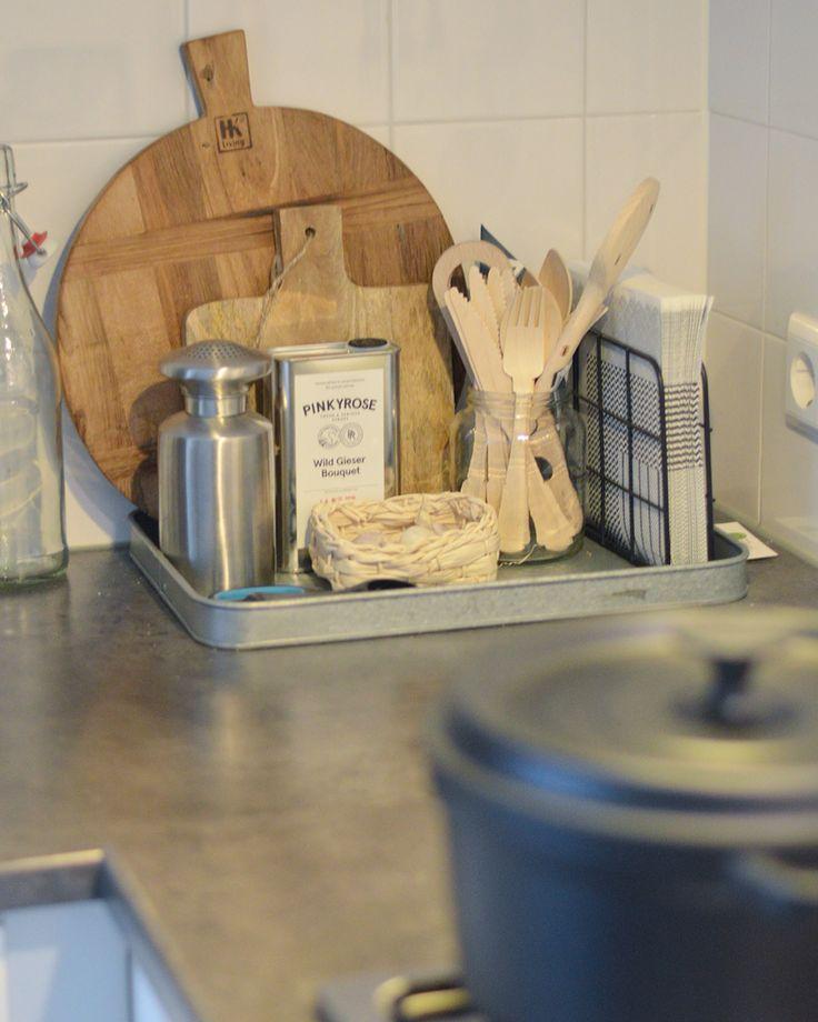 Hoekje in de keuken met broodplanken van hk living en xenos, dienblad van hm home, servethouder