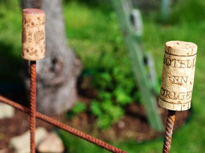 """Vinkorkar som skydd på de vassa """"piggarna"""" på armeringsnätet."""