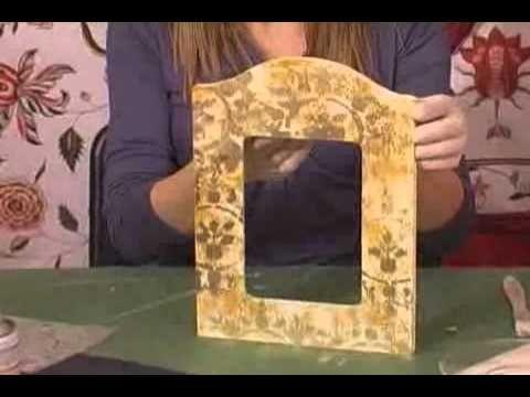 Imitazione tessuto Damasco-Cornice- Step 1 Su una cornice in legno piatta stendiamo un paio di mani di gesso acrilico. Successivamente prepariamo una base di...