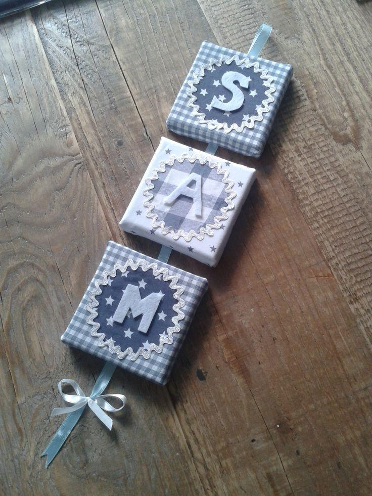Naamluik hangend: Deze luiken zijn 10x 10 cm.   € 4,50 per stuk incl. lint letters en stof naar keuze.