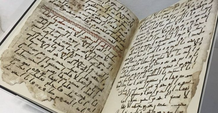 Um professor da universidade de Birmingham, da Inglaterra, encontrou fragmentos do Alcorão, o livro sagrado do Islã, de 1.300 anos atrás, que podem ser os mais antigos do mundo, de modo que o autor pode até ter ouvido pregações do profeta Maomé. As peças ficaram, pelo menos, cem anos arquivadas em uma coleção de livros e documentos do Oriente Médio na biblioteca da universidade, sem que ninguém percebesse sua importância