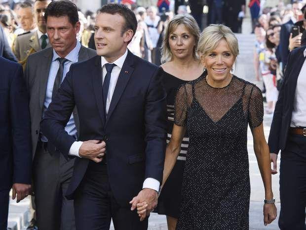 Le couple Macron applaudi dans la cour de l'Elysée