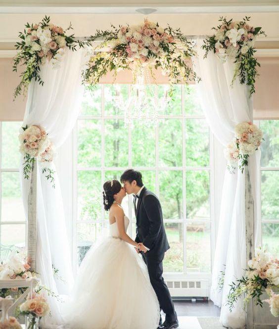 El altar de la ceremonia esel lugar más especial, donde nos decimos los votos, damos el sí y… ¡nos damos nuestro primer beso como esposos! Por esa razón es MUY importante decorarlo de una forma que nos guste mucho, ya que las fotos de la ceremonia (especialmente la del beso y los anillos) son momentosemblemáticos …