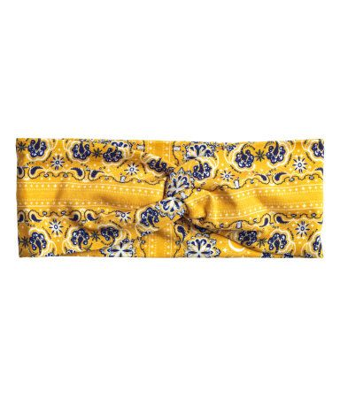 Yellow. Wide hairband in patterned jersey with a twisted fabric detail.