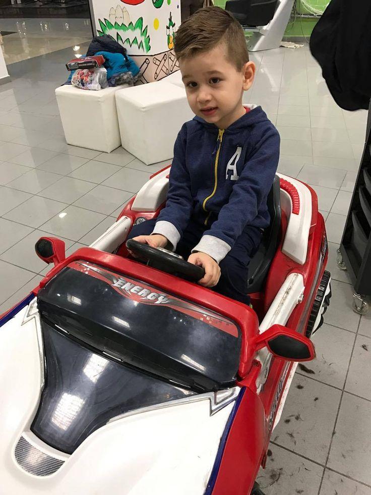 Vlásky na zemi a nám to vôbec nevadí, k nám do Detského kaderníctvo chodia samí odvážni chlapci. :)  #detskekadernictvo #kadernictvo #trnava #bratislava #kadernictvotrnava #kadernictvobratislava #strihame #kids #kidsahaircuts #haircut #boy #car #littleboy #slovakia