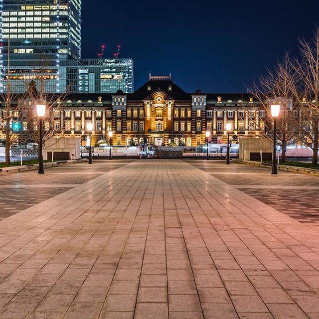 Instagram【saioto0323】さんの写真をピンしています。 《行幸通りからの東京駅。ここは皇居前の和田倉門から東京駅前の東京駅丸の内口前までを結ぶ道路。元々は天皇の行幸(外出)等に利用する専用道路であったが、今は歩道として一般開放されたと、ネット検索して初めて知りました。 (2017.1.4) .  #写真好きな人と繋がりたい  #写真撮ってる人と繋がりたい  #ファインダー越しの私の世界  #カメラ  #一眼レフ  #キヤノン  #canon  #東京カメラ部  #東京夜景  #夜景  #美しき東京の風景  #東京駅  #tokyostationhotel  #東京ステーションホテル  #行幸通り》