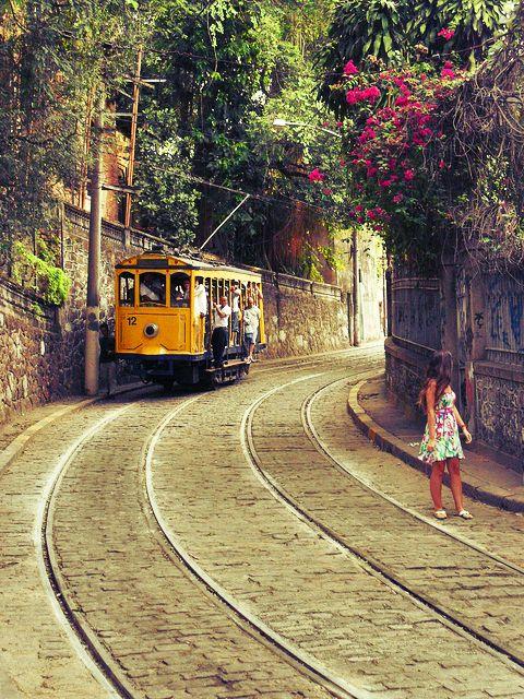 Depois de quatro anos parado, o bondinho símbolo de Santa Teresa voltou a dar o ar de sua graça para ligar o pitoresco bairro ao agito da Lapa e Largo da Carioca.