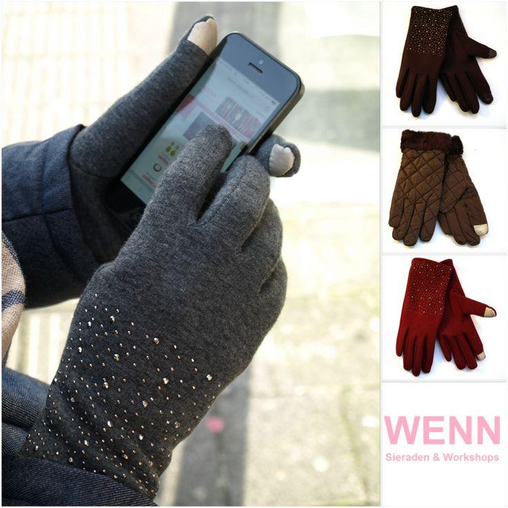 Nooit meer koude handen tijdens het checken van je telefoon met deze warme touchscreen handschoenen!! http://www.wenn-sieraden.nl/musthaves/