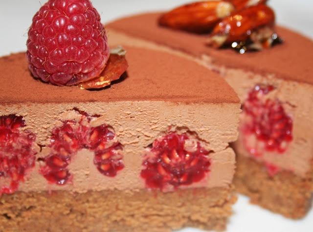 Croustillant Chocolat Framboise - Tout le monde connait maintenant ce petit entremet croustillant, composé d'une couche de praliné (je l'aime généreuse!) et d'une mousse-ganache au chocolat. Mais vous trouverez cette fois de fabuleuses framboises fraiches, qui rafraîchissent l'ensemble et qui se marient à la perfection au chocolat.