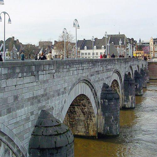 Zijkant van de Sint-Servaasbrug Dit is een brug over de Maas in Maastricht. De…