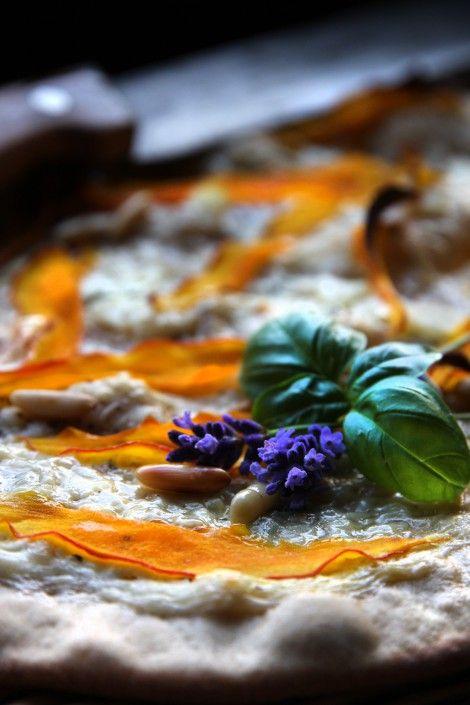 Flammkuchen mit Kürbis, Gorgonzola und Pinienkernen